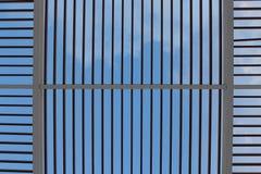 Himmel durch transparentes Metalldach Lizenzfreie Stockbilder