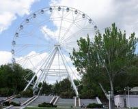 Himmel`en Ferris Wheel för ` en installeras i revolutionen parkerar Semesterfirare som strosar längs banorna Arkivfoton