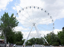 Himmel`en Ferris Wheel för ` en installeras i revolutionen parkerar Semesterfirare som strosar längs banorna Fotografering för Bildbyråer
