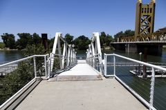 Himmel för bro för Sacramento River strandtorn blå Arkivbild