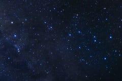 Himmel för den stjärnklara natten, galaxen för mjölkaktig väg med stjärnor och utrymme dammar av in royaltyfria foton