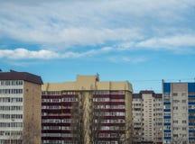 Himmel för fönster för tegelsten för kran för konstruktion för stadsnybyggemång--våning byggnad frilufts- bostads- komplex fotografering för bildbyråer