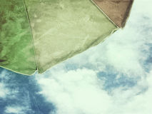 Himmel för grunge för strandparaply blå royaltyfri foto