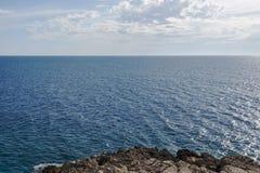 Himmel för havsstillhetyttersida och blåttmoln horisont Fjärd Gertsegnovska i Adriatiska havet Arkivfoton