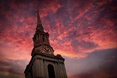 Himmel för kyrkligt torn och rosa färg Arkivbilder