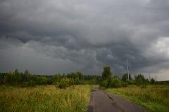 Himmel för moln för regnsommarstormen är mörk en naturlig beståndsdel i himlen royaltyfri fotografi