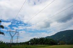 Himmel för moln för siktsöverföringstorn (makttorn, elektricitetspylon, stålgallertorn) blå Texturera den höga spänningspelaren, royaltyfri foto