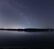 Himmel för natt för Vintergatangalax härlig över floden Royaltyfri Fotografi