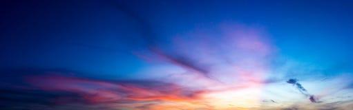 Himmel för panoramaskymningnatur och cirrusmolnmoln fotografering för bildbyråer