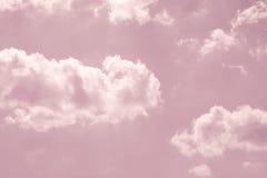 Himmel för pastellfärgade rosa färger med vita fluffiga moln Royaltyfri Foto
