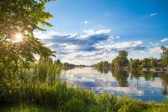 Himmel för reflexionen för floden för sjön för sommarsolnedgångsurise fördunklar i waten Arkivbilder