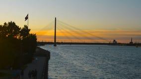 Himmel för solnedgång för skymning för afton för berömd kabelbro aginst för kontur för Riga dramatisk lager videofilmer