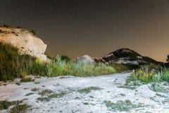 Himmel för stjärnklar natt över de vita krit- kullarna Naturligt landskap för natt med kritabanaslingan Arkivbilder