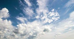 himmel för Time-schackningsperiod 4k fotografidag med den videopd öglan för fluffiga moln arkivfilmer