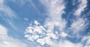 himmel för Time-schackningsperiod 4k fotografidag med den videopd öglan för fluffiga moln lager videofilmer