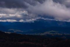 Himmel faller försiktigt på bergen Arkivbilder