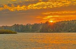 Himmel in Flammen bei Autumn Sunrise stockfotografie