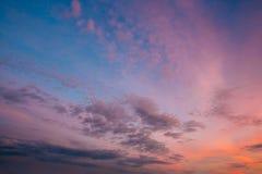 Himmel, helles Blau, Rosa, Purpur färbt Sonnenuntergang Lizenzfreies Stockfoto