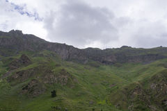 Himmel i molnen och de gröna kullarna, norr Kaukasus Elbrus region Royaltyfri Fotografi