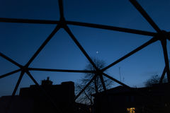 Himmel im Dreiecknachtmondsommerfrühling Lizenzfreies Stockfoto