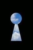 Himmel im Schlüsselloch lokalisiert auf schwarzem Hintergrund Lizenzfreie Stockfotografie