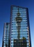 Himmel-Kontrollturm-Reflexion Stockfotografie
