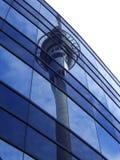 Himmel-Kontrollturm-Reflexion lizenzfreie stockfotografie