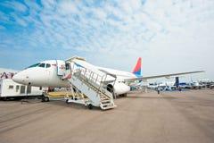 Himmel-Luftfahrt Sukhoi-Superjet im Singapur Airshow 2014 lizenzfreies stockbild