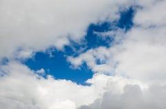 Himmel många fördunklar så nytt arkivbilder