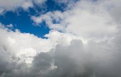 Himmel många fördunklar så nytt arkivfoton