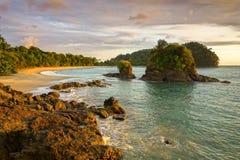Himmel Manuel Antonio National Park Costa Rica för solnedgång för Playa Espadilla strandlandskap arkivbild