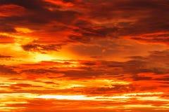 Himmel med dramatiska röda moln Royaltyfri Foto