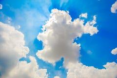 himmel med kunde och solen Arkivbilder