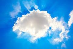 himmel med kunde och solen Arkivbild