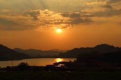 Himmel med moln på solnedgången Arkivfoton