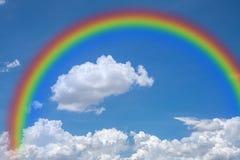 Himmel med regnbågen som är naturlig royaltyfria foton