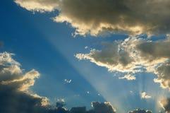 Himmel med sollöneförhöjningar Royaltyfria Bilder