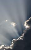 Himmel med solstrålar på skymning Arkivbilder