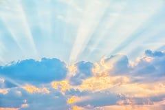 Himmel med solstrålar till och med molnen royaltyfria bilder