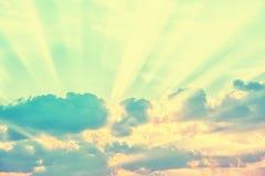 Himmel med solstrålar till och med molnen royaltyfri foto