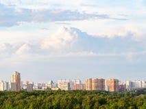 himmel med stackmolnmoln över bostads- hus arkivfoton