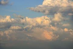 Himmel med stackmolnmoln p? solnedg?ngen Stora luftmoln, exponerade av solljus fotografering för bildbyråer