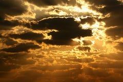 Himmel med stormmoln på solnedgången Royaltyfri Bild