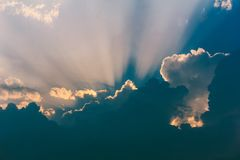 Himmel med strålar av solen som bryter till och med stormmolnen royaltyfria bilder