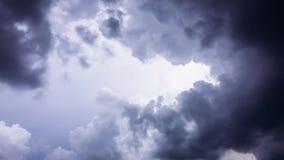 Himmel med svarta moln Arkivbilder