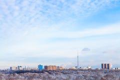 Himmel med vitmoln över hus och TV står högt Arkivbilder
