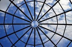 Himmel mellan en stålstruktur Arkivbild