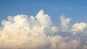 Himmel mit blauer und gelber Wolke am Morgen Lizenzfreie Stockbilder