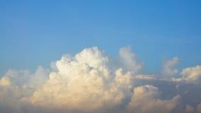 Himmel mit blauer und gelber Wolke am Morgen Stockfotografie