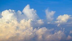 Himmel mit blauer und gelber Wolke am Morgen Lizenzfreie Stockfotos